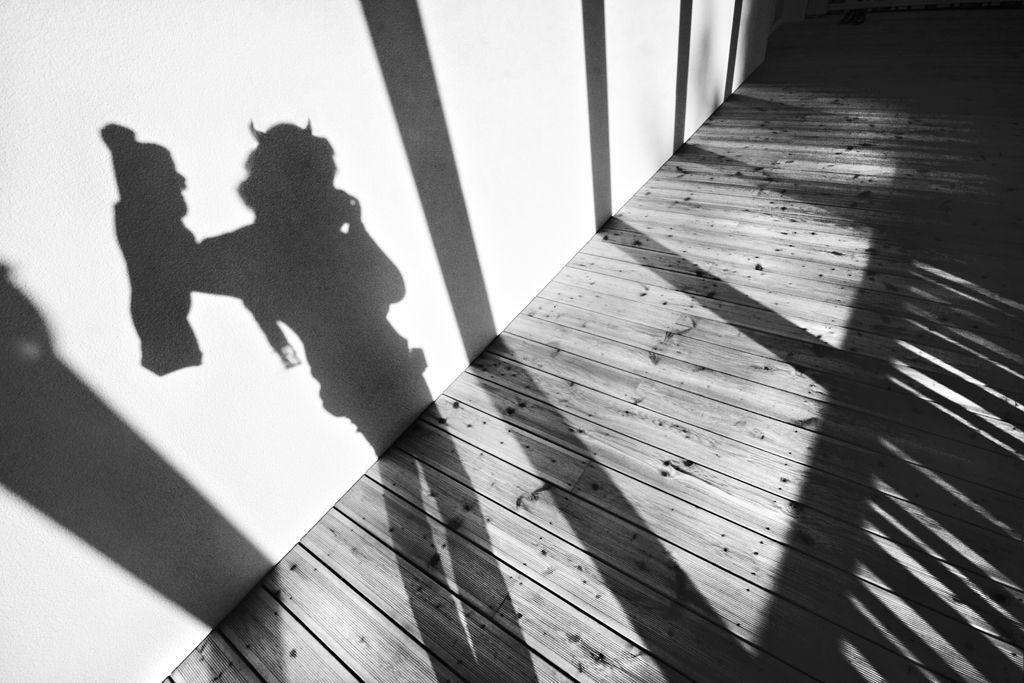 Andreja Ravnak_Hudomušni avtoportret ob jutranji svetlobi na terasi dokončanega Vrtca v Vojniku