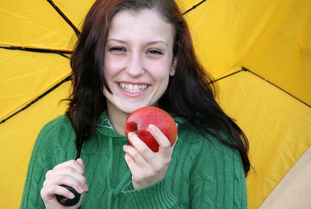 Vanja Tajnšek_Dekle z jabolkom